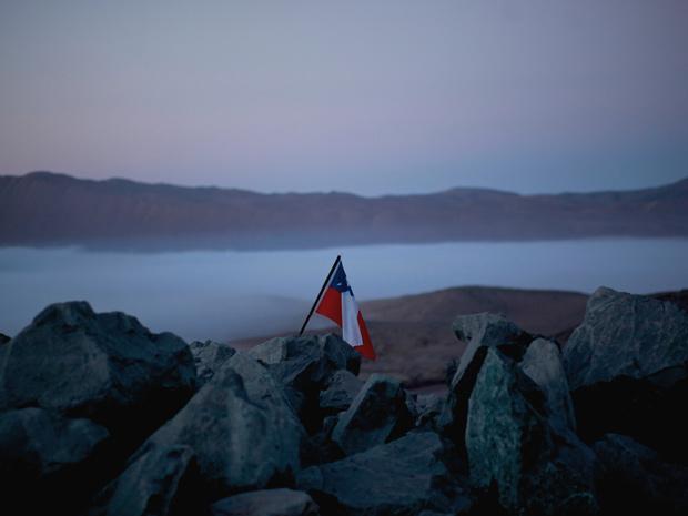 Bandeira do Chile marca lugar de mina que desabou no dia 5 de agosto; operação de resgate deve terminar apenas no Natal