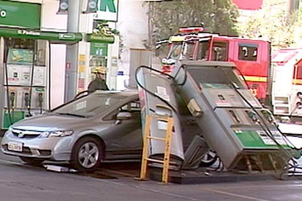 Mulher arranca bomba em posto de gasolina