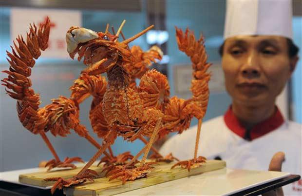 Chef usou 80 lagostas para criar dois pratos em formato de dragão.