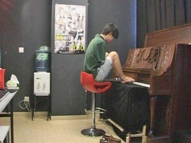 Liu, de 23 anos, teve os braços amputados aos 10 anos de idade