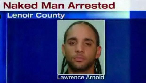 Lawrence Ray Arnold foi flagrado nu em rodovia.