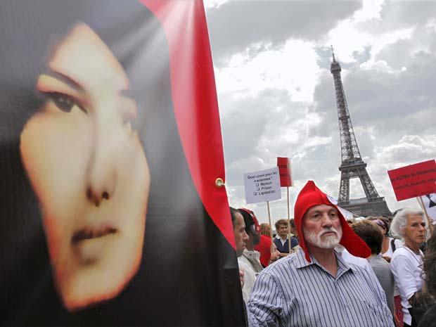 Manifestantes seguram placas em protesto em Paris, na França, contra a condenação da iraniana Sakineh Mohammadi Ashtiani por apedrejamento no Irã