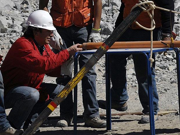 Ministro de Mineração do Chile, Laurence Golborne, envia suprimentos aos mineiros