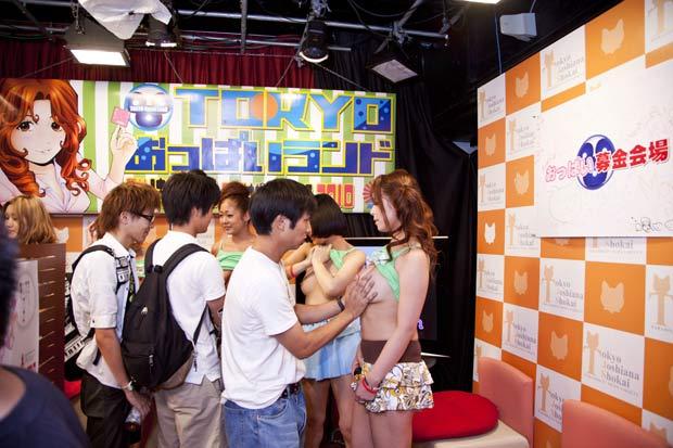 Japoneses apertam seios de atrizes pornos