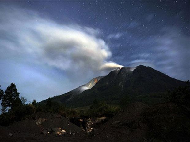 O Monte Sinabung, em Sumatra, na Indonésia, continua a soltar uma fumaça espessa no início da terça-feira (31) – horário local. As companhias aéreas foram alertadas a evitar o local do vulcão, que entrou em erupção 400 anos após ter adormecido. No domingo