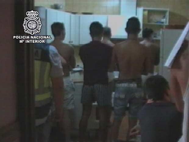 Imagem divulgada pela Polícia Nacional da Espanha mostra a rede de exploração sexual de homens descoberta no país