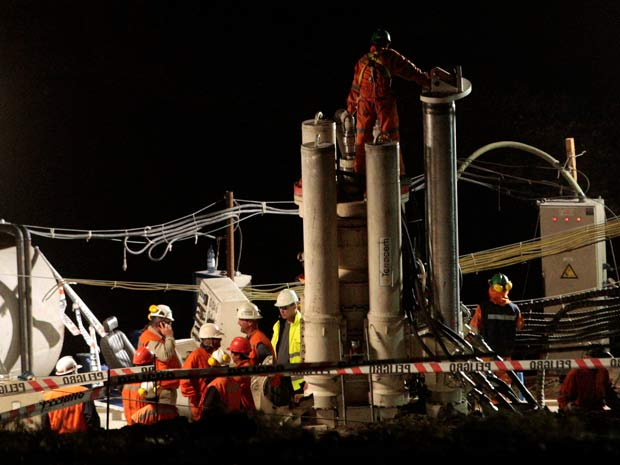 Equipes de resgate começam a perfurar terra para libertar os 33 mineiros presos no chile