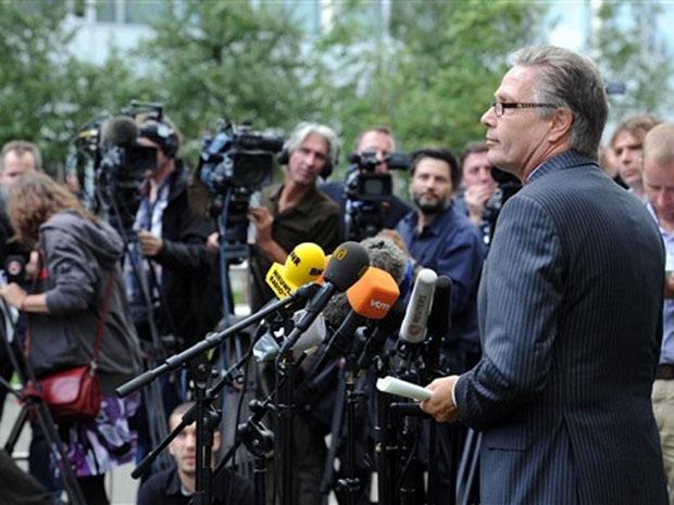 O porta-voz da Procuradoria Nacional, Theo D'Anjou, durante entrevista coletiva no aeroporto de Schipol, em Amsterdã, nesta terça-feira (31)