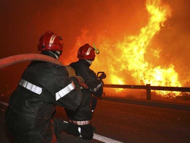 O fogo é combatido em três frentes distintas - norte, oeste e sudeste -, com o objetivo de evitar a propagação das chamas até Montpellier, distante apenas 10 km da área em chamas.