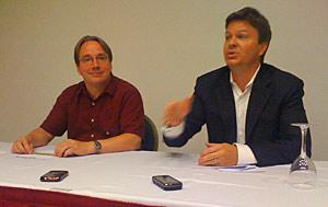 Linus Torvalds (à esq.), ao lado do diretor-executivo da Linux Foundation, Jim Zemlin.