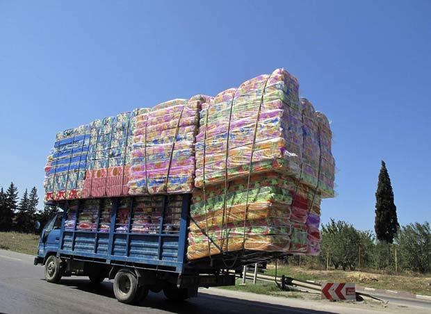 Um caminhão foi flagrado transportando uma carga maior do que o próprio veículo na última terça-feira (31)  em auto-estrada próximo a Argel, na Argélia.