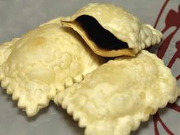 Pastel, no formato de um ravióli, é recheado com cerveja e mergulhada em óleo quente