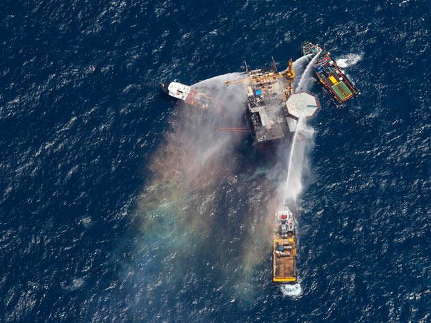 Barcos tentam apagar incêndio em plataforma de petróleo no golfo do México