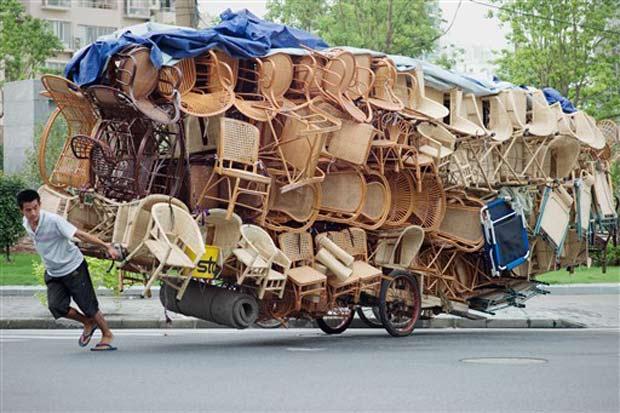 Um homem foi flagrado na quarta-feira (1º) puxando uma carroça carregada com cadeiras em Xangai, na China.