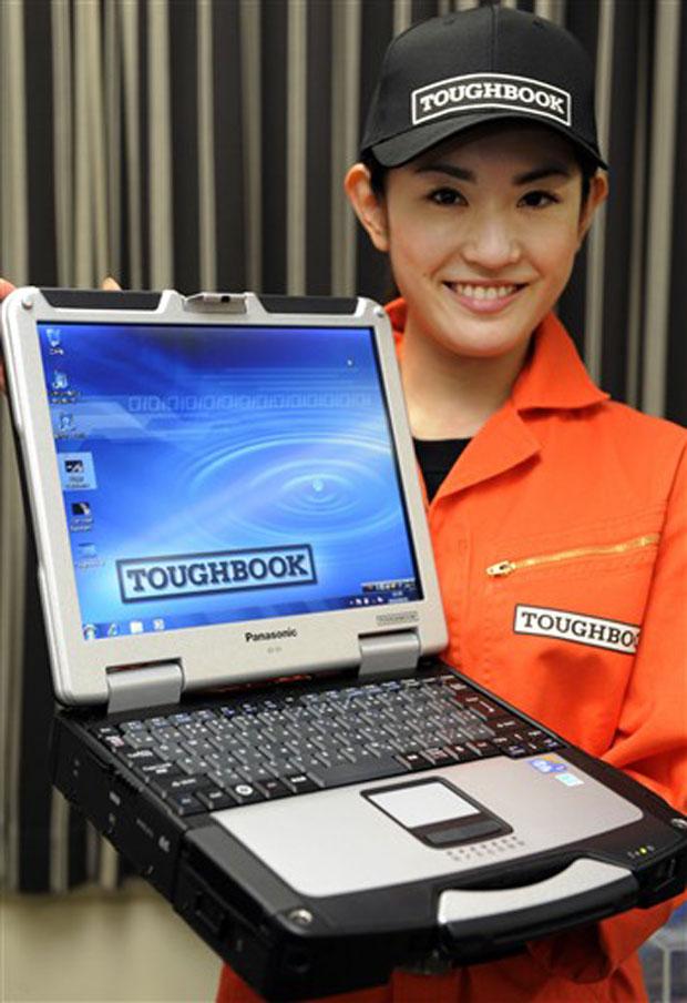 Modelo apresenta notebook resistente.