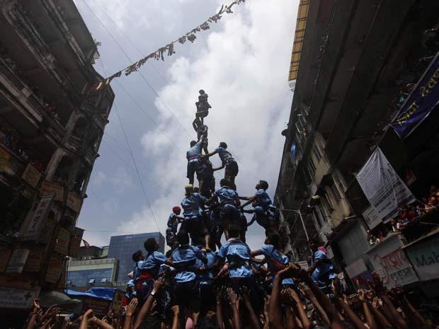 Pirâmides humanas fazem parte das comemorações do festival de Janmashtami, em Mumbai, que lembra o nascimento de Krishna, uma das divindades mais importantes da religião hindu.