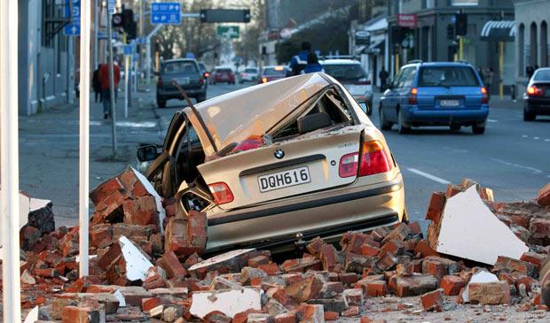 Carro destruído nas ruas de Christchurch, cidade mais próxima do epicentro do tremor de magnitude 7.2 que atingiu a Nova Zelândia