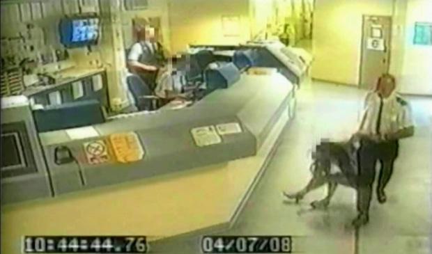 Câmera de vigilância flagrou policial agredindo uma mulher dentro de uma delegacia na Grã-Bretanha