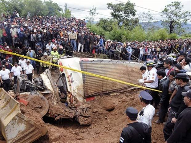 Pessoas acompanham resgate de ônibus que foi soterrado em Chimaltenango, na Guatemala