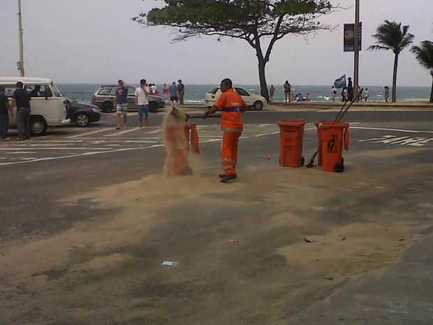 Vento leva areia para a rua