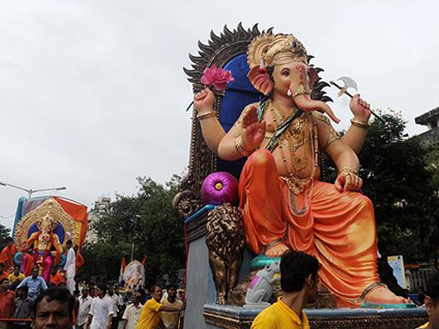 Indianos carregam ídolo hindu Ganesha