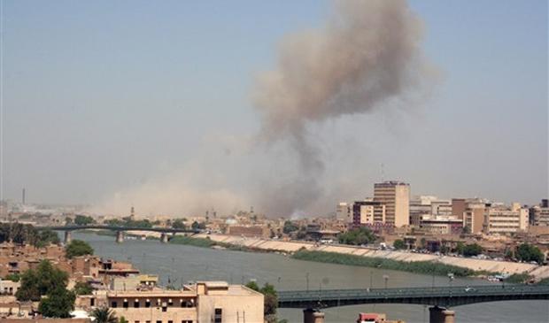 Coluna de fumaça é vista em local de atentado que atingiu o complexo do Ministério da Defesa em Bagdá, neste domingo (5)