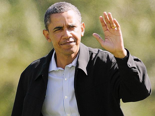 Presidente Barack Obama acena para os repórteres ao retornar para a Casa Branca em Washington, após um fim de semana em Camp David.