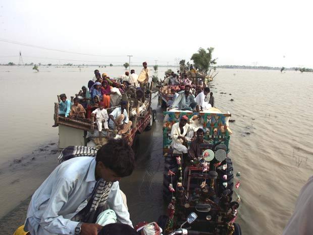 Paquistaneses tentam fugir de região atingida por enchente