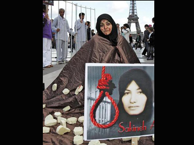 Manifestantes protestam contra sentença de morte por apedrejamento dada a irariana Sakineh Mohammadi Ashtiani perto da Torre Eiffel, em Paris.