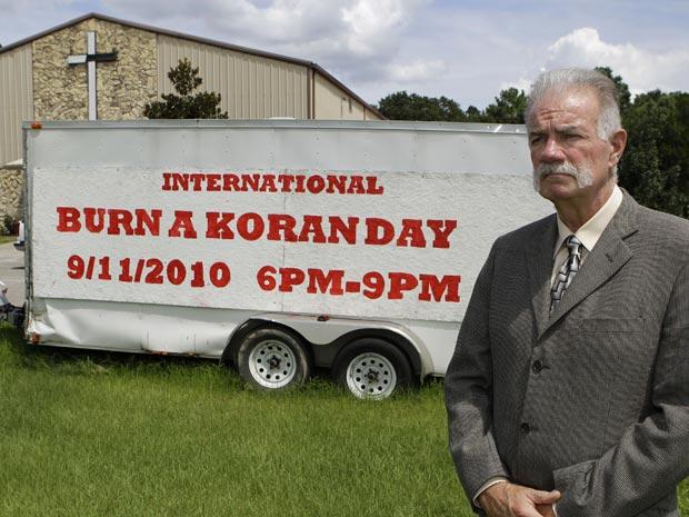 O reverendo Terry Jones posa nesta terça-feira (7) em frente à sede da igreja em Gainesville, no estado americano da Flórida.