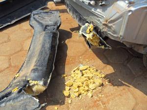 Pasta base de cocaína estava escondida no para-choque do carro.