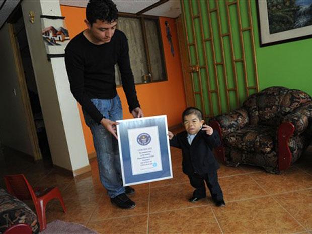 O colombiano Edward Niño Hernandez mostra seu certificado do Livro Guinness de Recordes, nesta terça-feira (7) em Bogotá, ao lado de seu irmão Yustin.