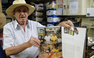 Percy Rosa de Miranda trabalha no mercado há 56 anos