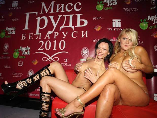 Alena Tereh (esquerda) e Yekaterina Nikandrova venceram no último domingo um concurso de miss peito, que foi realizado na cidade de Minsk, capital da Belarus.