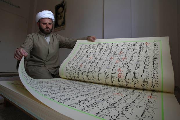 Livro mede um metro de altura por 70 centímetros de largura.
