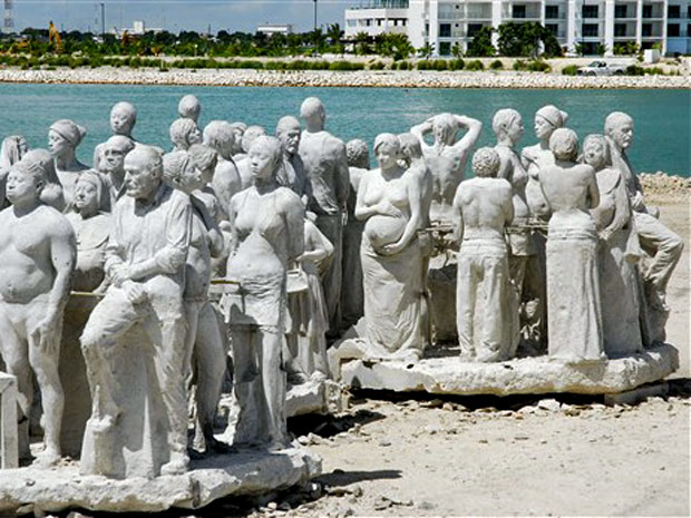 Esculturas de pessoas em tamanho real do artista britânico Jason Taylor decoram o Parque Nacional Marinho em praia de Cancún, no México. Cerca de 400 obras vão compor o maior museu de arte debaixo d'água do mundo. As esculturas são feitas com material esp