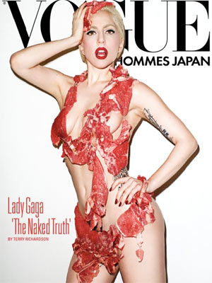 Lady Gaga veste carne crua na capa da 'Vogue Hommes Japan'