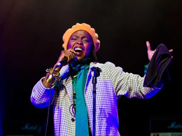 A ganhadora de cinco prêmios Grammy, Lauryn Hill, se apresentou no Credicard Hall, em São Paulo, nesta terça-feira (7). O show estava marcado para começar às 21h30, mas começou às 23h30, após longa introdução da banda que acompanha a cantora. Ela abriu a