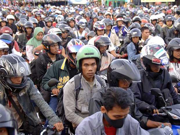 O fim do mês do Ramadã acabou reunindo milhares de motociclistas no terminal de balsa do porto de Gilimanuk, na ilha de Bali, a caminho de casa para celebrar o Eid al-Fitr.