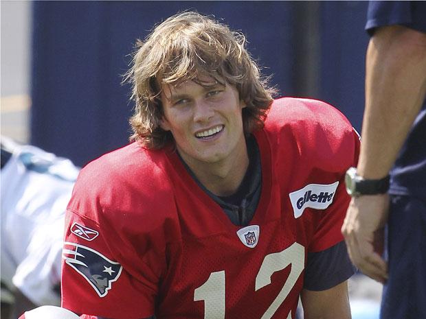 Tom Brady faz alongamento durante treino nesta quarta-feira (8) em Foxborough, no estado americano de Massachusetts.