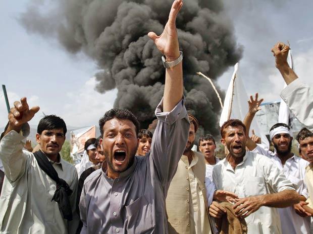Afegãos gritam slogans antiamericanos e queimam pneus em protesto em Cabul, nesta sexta-feira (10)