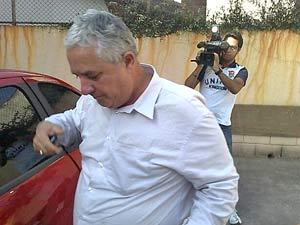 O contador Antonio Carlos Atella Ferreira ao chegar à Delegacia Seccional da Polícia Civil em Santo André para depor