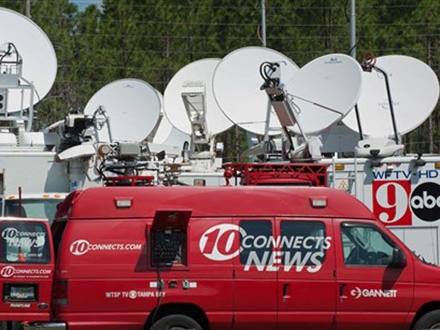 Equipes de TV fazem plantão em frente à igreja de Gainesville nesta sexta-feira (10).