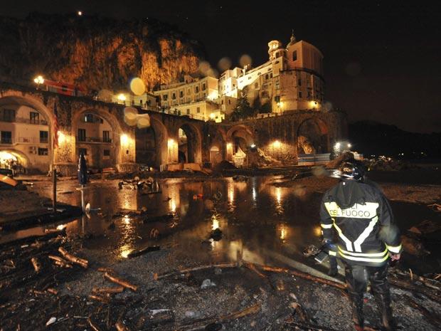 Pelo menos uma pessoa está desaparecida na região depois das fortes chuvas que provocaram o transbordamento de um rio na região turística da Costa Amalfitana.