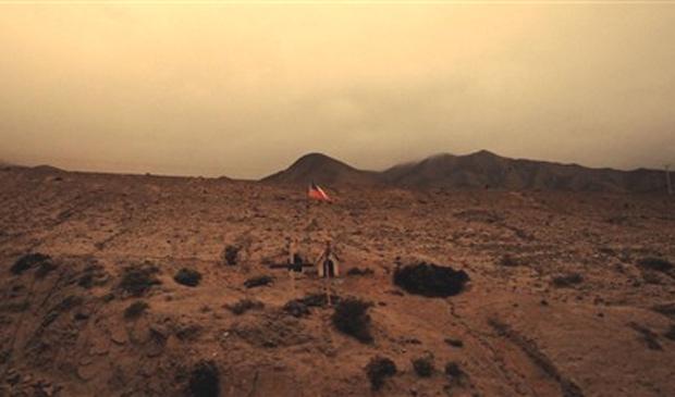 Altar com bandeira chilena em estrada do deserto do Atacama que conduz à mina San Jose, onde estão presos os 33 mineiros