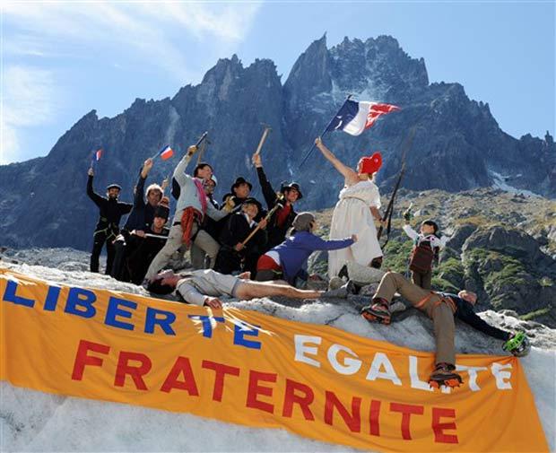 Montanhistas reconstituíram quadro do artista Eugène Delacroix 'A Liberdade Guiando o Povo'.