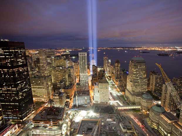 Um dia antes de os atentados do 11 de Setembro ao World Trade Center, em Nova York, completarem nove anos, um tributo de luz brilhou em direção ao céu a partir do Marco Zero, onde estavam erguidas as Torres Gêmeas, símbolos dos Estados Unidos. O raio de l