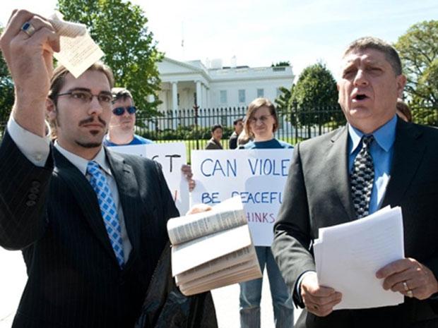Andrew Beacham, líder do Tea Party, rasga página do Alcorão em frente à Casa Branca