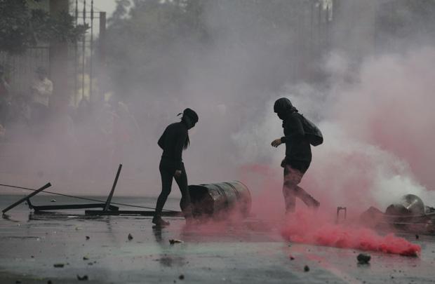 Grupo tumultuou manifestação pacífica depredando semáforos; polícia deteve 20 manifestantes