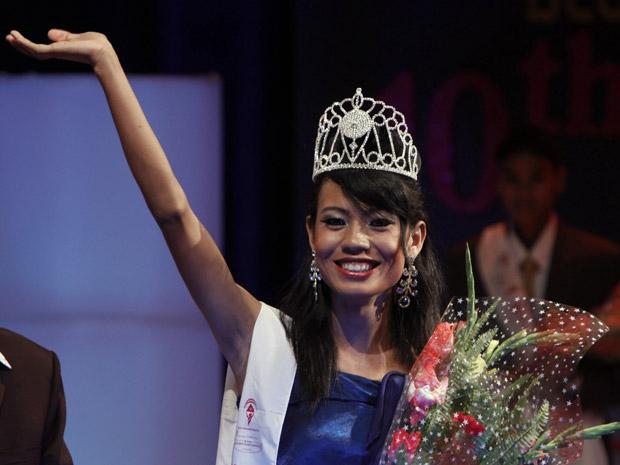Meghna Lama comemora neste domingo (12) sua vitória no concurso Miss Terceiro Gênero 2010 em Katmandu, capital do Nepal. O concurso foi organizado pela sociedade Diamante Azul, que luta pelos direitos dos homossexuais no país.
